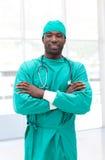 amerykanin afrykańskiego pochodzenia ręk fałdowy męski chirurg Fotografia Stock