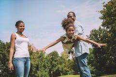 Amerykanin afrykańskiego pochodzenia rodzina przy wsią Fotografia Royalty Free