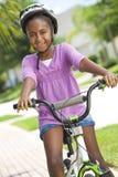 amerykanin afrykańskiego pochodzenia roweru dziewczyny szczęśliwy jeździecki ja target1964_0_ Zdjęcia Royalty Free