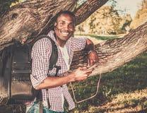 Amerykanin afrykańskiego pochodzenia słucha muzykę w parku obraz royalty free