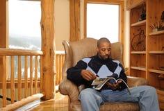 amerykanin afrykańskiego pochodzenia samiec czytanie Fotografia Stock