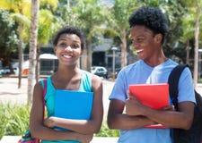 Amerykanin afrykańskiego pochodzenia samiec i żeńskiego ucznia odprowadzenie na kampusie Obrazy Stock