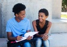 Amerykanin afrykańskiego pochodzenia samiec i żeńskiego ucznia uczenie dla egzaminu Zdjęcia Royalty Free