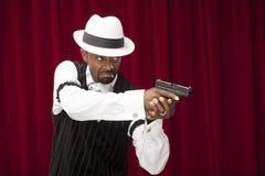 Amerykanin Afrykańskiego Pochodzenia samiec ubierał w retro gangstera kostiumu Zdjęcia Royalty Free