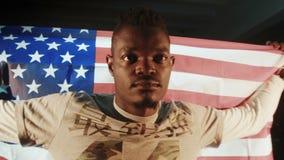 Amerykanin Afrykańskiego Pochodzenia samiec z flaga amerykańską w rękach zbiory wideo