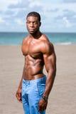 Amerykanin Afrykańskiego Pochodzenia sprawności fizycznej model na plaży Fotografia Stock