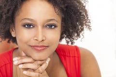 Amerykanin afrykańskiego pochodzenia szczęśliwa Mieszana Biegowa Dziewczyna Obrazy Royalty Free
