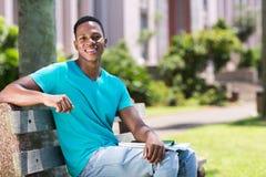 Amerykanin afrykańskiego pochodzenia szkoły wyższa chłopiec zdjęcia stock