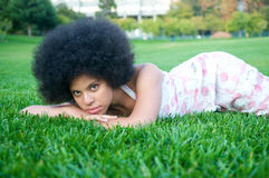amerykanin afrykańskiego pochodzenia trawy zieleni model Fotografia Stock