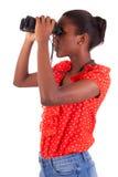 Amerykanin Afrykańskiego Pochodzenia używa lornetki odizolowywać nad białym tłem Zdjęcie Stock