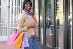 amerykanin afrykańskiego pochodzenia zakupy atrakcyjny żeński fotografia stock