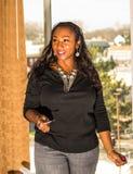 amerykanin afrykańskiego pochodzenia bizneswomanu odosobniony biel Zdjęcia Stock