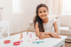 Amerykanin afrykańskiego pochodzenia dziewczyna robi manicure'owi w domu Obraz Royalty Free