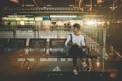 Amerykanin Afrykańskiego Pochodzenia dziewczyna w czekanie sala lotnisko Zdjęcia Royalty Free