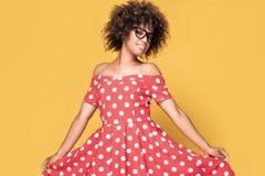 Amerykanin afrykańskiego pochodzenia dziewczyna w czerwieni sukni Zdjęcie Royalty Free