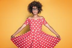 Amerykanin afrykańskiego pochodzenia dziewczyna w czerwieni sukni Obrazy Royalty Free