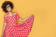Amerykanin afrykańskiego pochodzenia dziewczyna w czerwieni sukni Zdjęcia Royalty Free