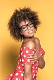 Amerykanin afrykańskiego pochodzenia dziewczyna w czerwieni sukni Fotografia Royalty Free