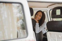 Amerykanin afrykańskiego pochodzenia dziewczyna w furgonetce Zdjęcia Royalty Free