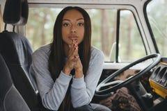 Amerykanin afrykańskiego pochodzenia dziewczyna w furgonetce Obraz Royalty Free