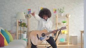 Amerykanin afryka?skiego pochodzenia kobieta z afro fryzury ekspresyjny bawi? si? na gitarze wolny mo zdjęcie wideo