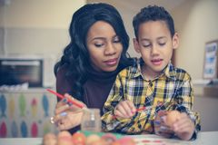 Amerykanin Afrykańskiego Pochodzenia kobieta z jej synem Amerykanin Afrykańskiego Pochodzenia kobieta z Obrazy Stock