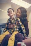 Amerykanin Afrykańskiego Pochodzenia kobieta z jej synem Amerykanin Afrykańskiego Pochodzenia kobieta spen Zdjęcie Stock