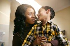Amerykanin Afrykańskiego Pochodzenia kobieta z jej synem Amerykanin Afrykańskiego Pochodzenia kobieta spen Obraz Stock
