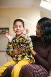Amerykanin Afrykańskiego Pochodzenia kobieta z jej synem Amerykanin Afrykańskiego Pochodzenia kobieta spen Zdjęcia Stock