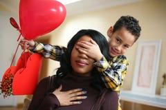 Amerykanin Afrykańskiego Pochodzenia kobiety dowcip jej syn Zdjęcie Royalty Free