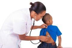 Amerykanin afrykańskiego pochodzenia kobiety lekarka z dzieckiem Zdjęcie Stock