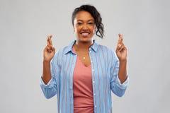 Amerykanin afryka?skiego pochodzenia kobiety mienia palce krzy?uj?cy obraz royalty free
