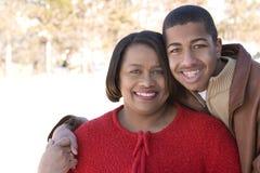 Amerykanin Afrykańskiego Pochodzenia macierzysty i jej nastoletni syn Zdjęcie Stock