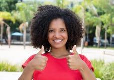 Amerykanin afrykańskiego pochodzenia nastoletni w czerwonej koszula pokazuje oba aprobaty Zdjęcia Stock