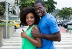 Amerykanin afrykańskiego pochodzenia para pokazuje kciuk up Fotografia Stock