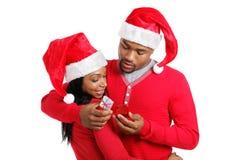 amerykanin afrykańskiego pochodzenia pary prezenta udzielenie Zdjęcia Royalty Free
