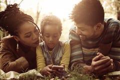 Amerykanin Afrykańskiego Pochodzenia rodzina w naturze Zdjęcie Royalty Free