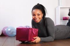 amerykanin afrykańskiego pochodzenia urodzinowa rozochocona prezenta dziewczyna Obraz Stock