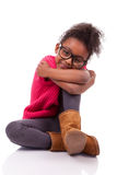 Amerykanin Afrykańskiego Pochodzenia dziewczyna sadzająca na podłoga Obraz Stock