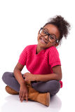 Amerykanin Afrykańskiego Pochodzenia dziewczyna sadzająca na podłoga Fotografia Stock