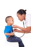 Amerykanin afrykańskiego pochodzenia kobiety lekarka z dzieckiem Zdjęcia Stock