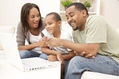 amerykanin afrykańskiego pochodzenia komputerowej rodziny laptopu używać Obrazy Royalty Free