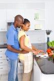 amerykanin afrykańskiego pochodzenia kucharstwa para Zdjęcie Royalty Free
