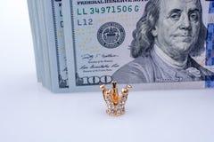 Amerykanin 100 dolarowych banknot?w i korona obrazy royalty free