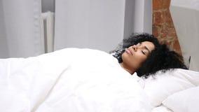 amerykanin kobiety lying on the beach w łóżku i dosypianiu relaksuje po ciężkiego dnia, zdjęcie wideo