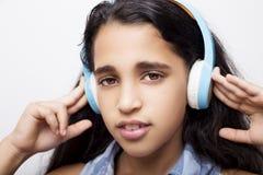 amerykanin mała dziewczynka słucha muzyka z hełmofonami Obrazy Stock