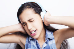 amerykanin mała dziewczynka słucha muzyka z hełmofonami Obraz Royalty Free