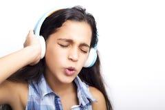amerykanin mała dziewczynka słucha muzyka z hełmofonami Fotografia Royalty Free