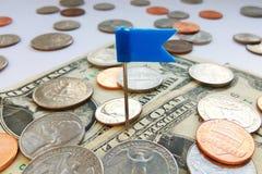 Amerykanina ćwiartki, grosza i centu monety na dolarach usa z błękit szpilką, zaznaczają tło fotografia stock