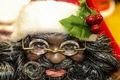 Amerykanina Afrykańskiego Pochodzenia Święty Mikołaj lala z szkłami i wiśniami na jego kapeluszu - zbliżenie zdjęcie stock